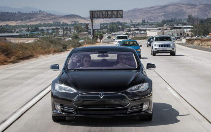 2012-Tesla-Model-S-front-closeup-on-highway