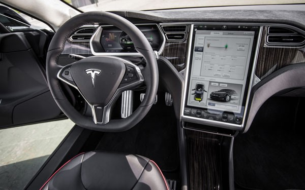 2012-Tesla-Model-S-cockpit-and-center-screen